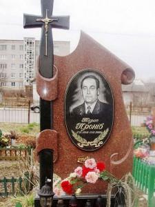 Резной памятник из красного и черного гранита фото