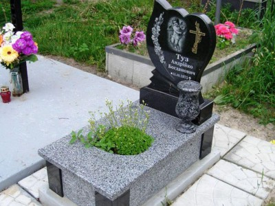 Детский памятник с вазой и гравировкой ангелочка