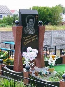 Женский надгробный памятник из красного и черного гранита