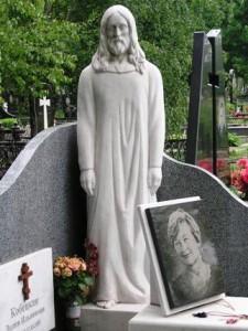 Женский гранитный памятник со скульптурой Иисуса Христа