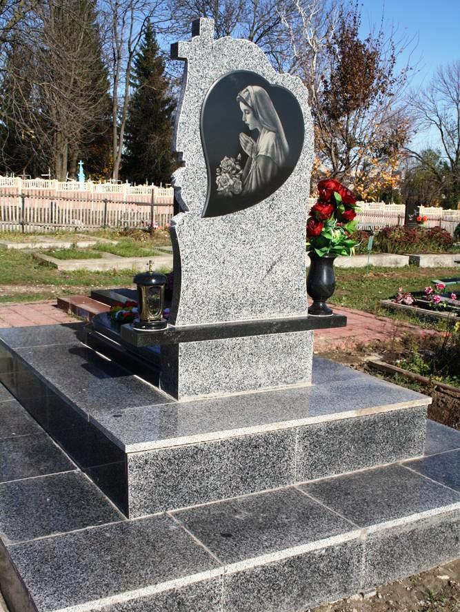 Обратная сторона серо-черного надгробного памятника