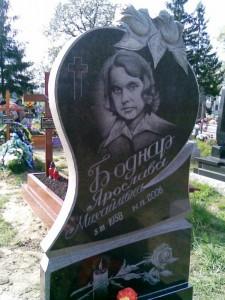 Черный гранитный памятник на могилу мамы