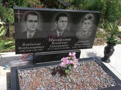 Тройной надгробный памятник с аксессуарами
