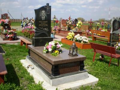 Мужской гранитный памятник с цветником и лампадкой