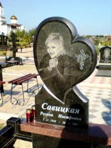 Гранитный памятник в виде сердца для женщины