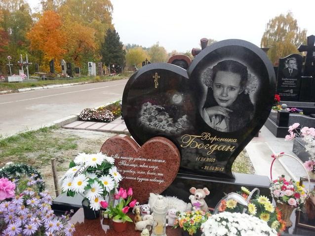 Гранитный памятник в виде сердца для девочки