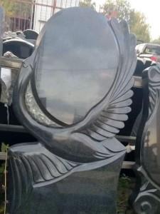 Черный гранитный памятник с резным лебедем