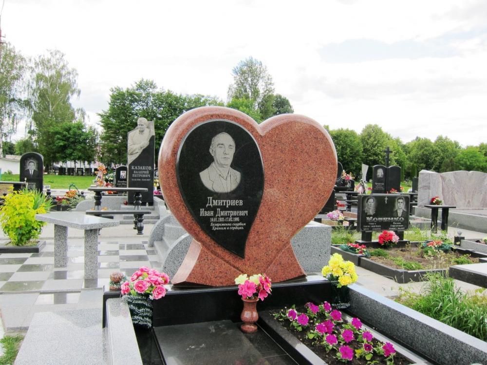 Памятник в виде сердца из лезниковского гранита