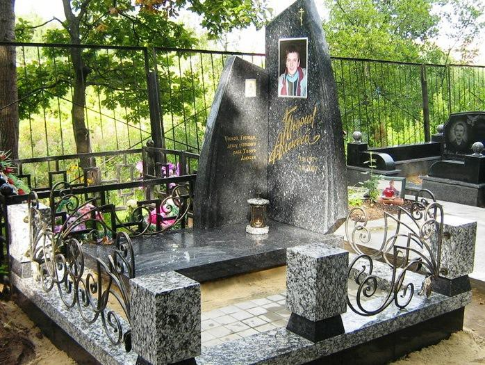 Эксклюзивный памятник из янцевского гранита для юноши
