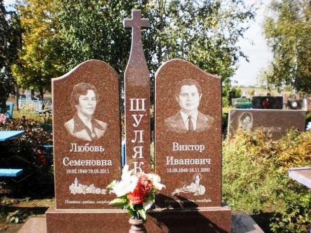 Двойной памятник из красного гранита для супругов