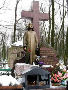 Памятник в виде креста со скульптурой Иисуса Христа