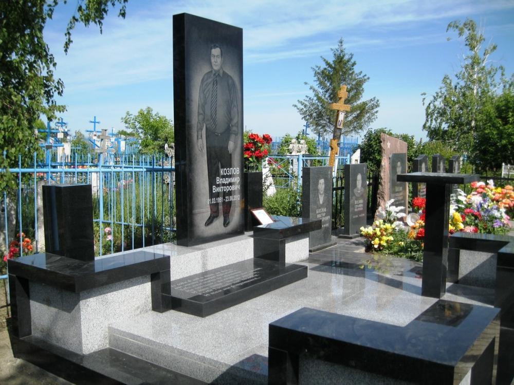 Мужской гранитный памятник серого и черного цвета