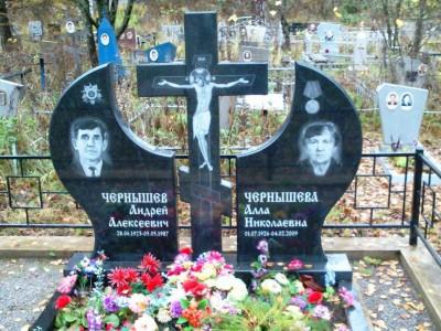Фигурный гранитный памятник с крестом