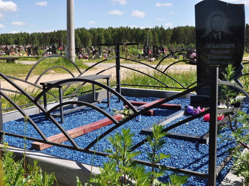 Синий гравий на могиле мужчины