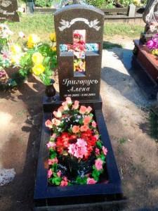 Памятник с вырезанным крестом и вазой для младенца