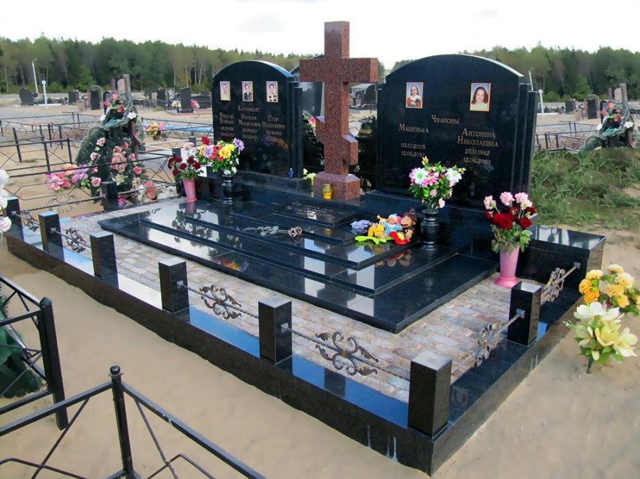 Семейный памятник с закрытым цветником