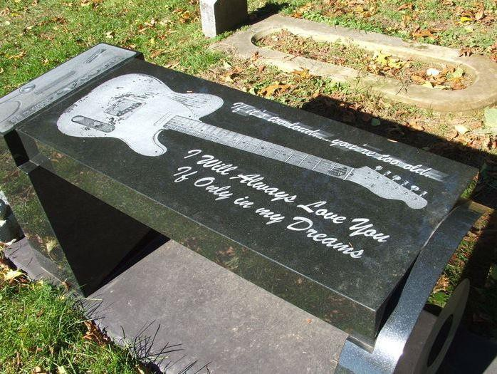 Прямоугольный надгробный памятник для музыканта