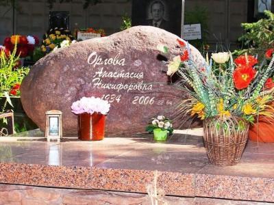 Красный памятник из обапола на могилу женщины