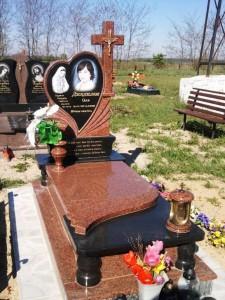 Гранитный памятник с вазой и лампадкой для девушки