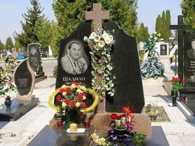 Резной памятник с крестом для двоих