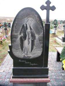 Резной гранитный памятник с гравировкой Божьей Матери
