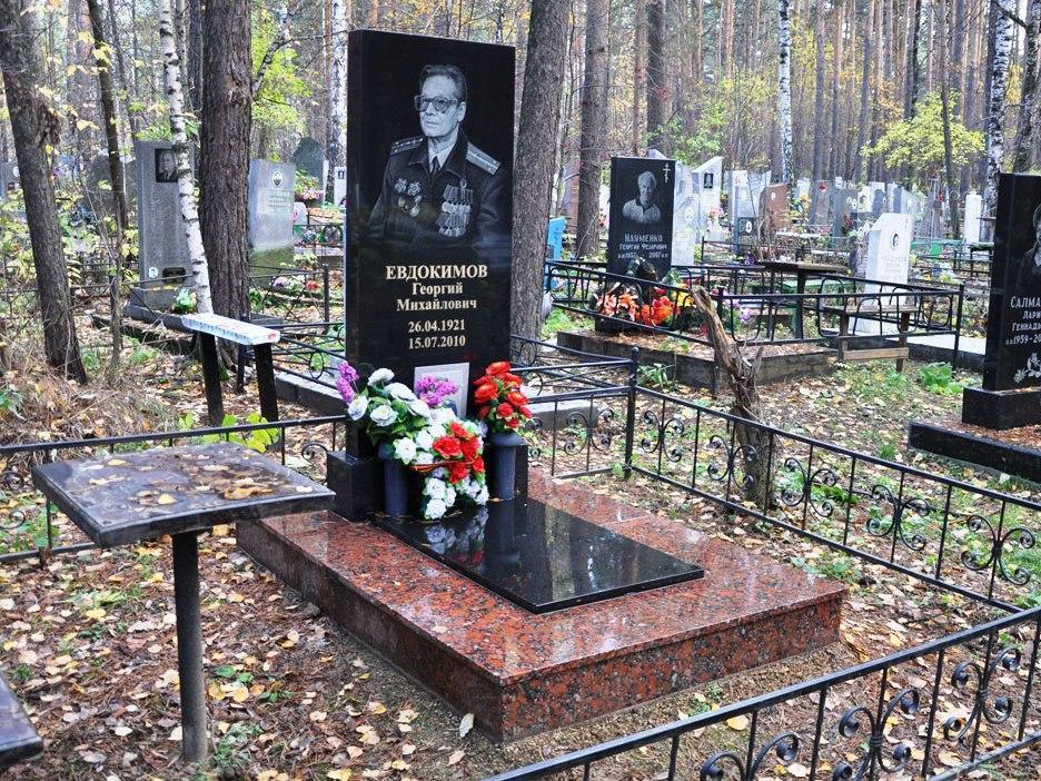Гранитный памятник на могилу недорого