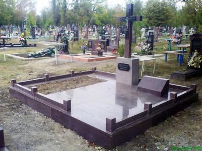 Надгробный памятник в виде креста без фото