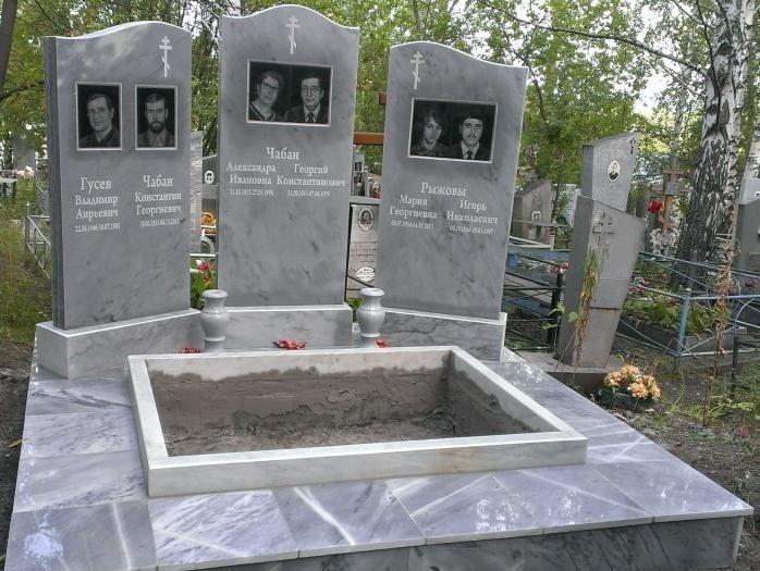 Надгробный памятник с цветником для четверых