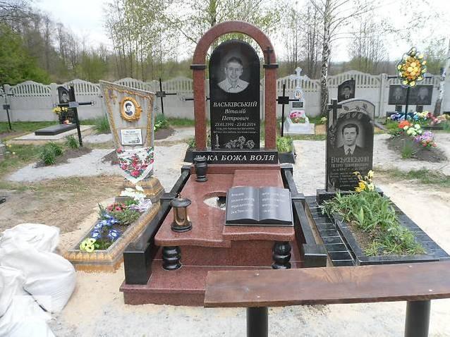 Элитный памятник с аркой на могилу мужчины