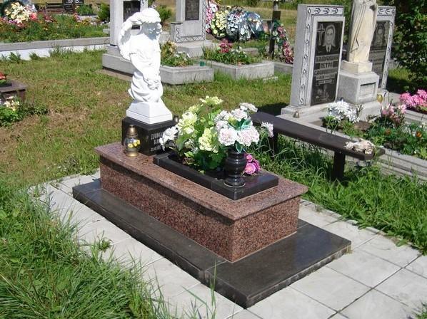 Гранитный памятник со скульптурой маленького ангелочка