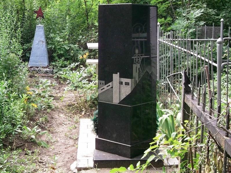 Черный вертикальный памятник для шахтера