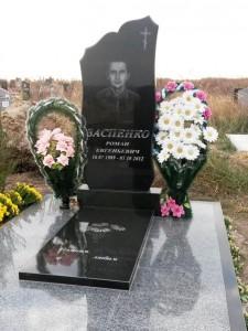 Одинарный недорогой надгробный памятник из гранита с плитой