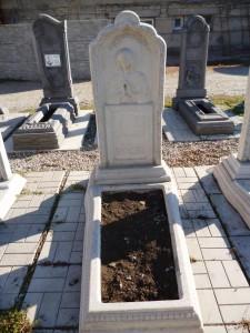 Памятник с цветником на могилу из мраморной крошки