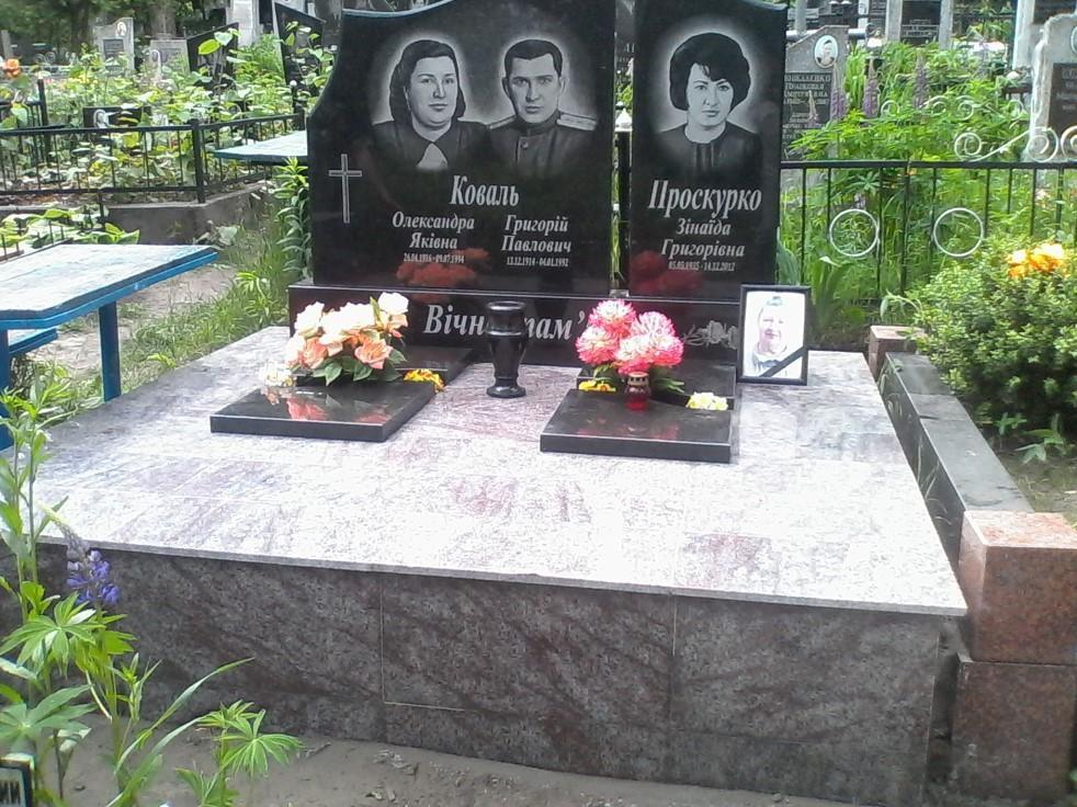 Памятник с высоким цветником на могилу троих