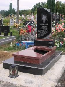 Могильный памятник с высоким цветником для юноши