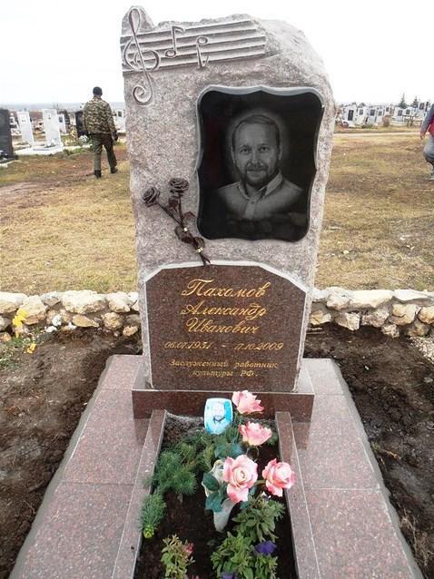 Памятник из токовского гранита для музыканта