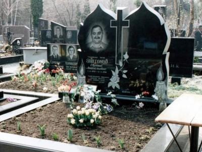 Элитный двойной памятник из черного гранита с большой резной стеллой