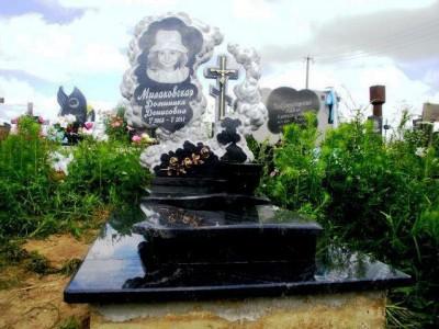 Черный гранитный памятник на могилу девочки