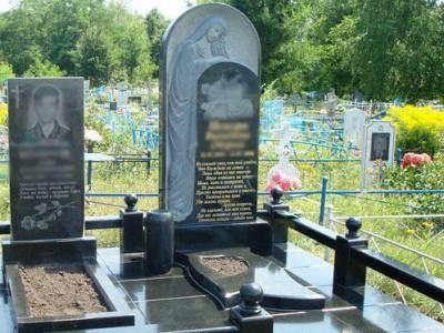 Резной полуовальный памятник со скорбящей матерью