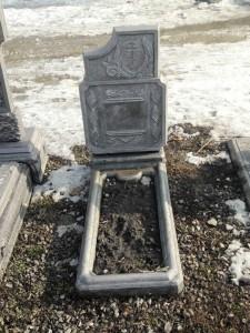 Одинарный надгробный памятник из бетона