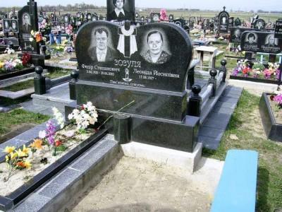 Семейный памятник из гранита черного цвета