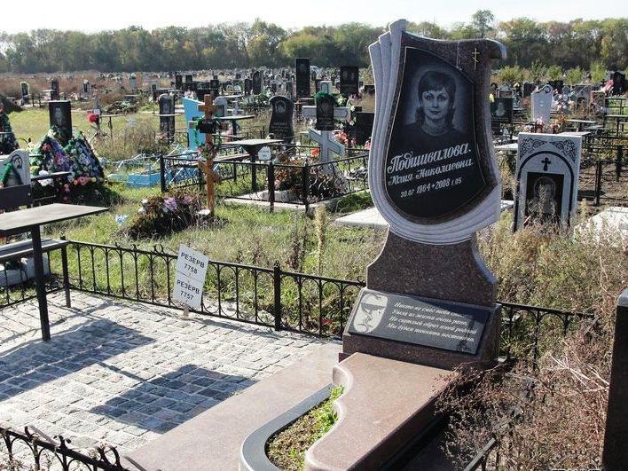 Резной памятник из емельяновского гранита