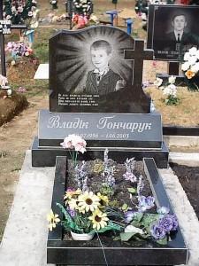 Надгробный гранитный памятник для мальчика