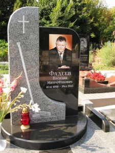 Мужской одинарный надгробный памятник из черного и серого гранита