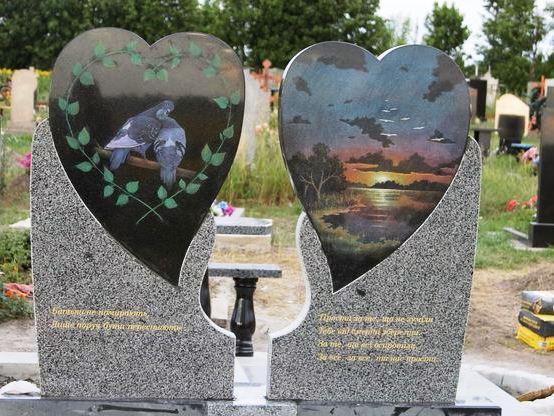 Памятник в виде сердца из черного и серого гранита