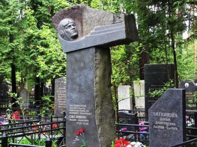Черный гранитный памятник с бюстом на кладбище