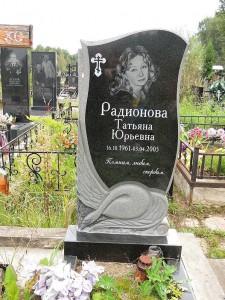 Женский памятник из черного гранита с лебедем