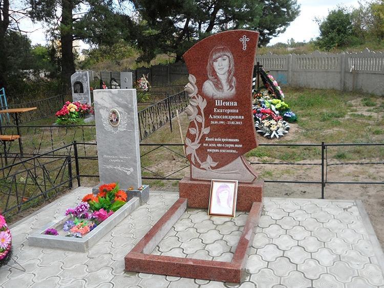 Памятник из красного гранита на могилу девушки