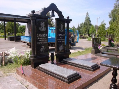 Двойной гранитный памятник с аркой