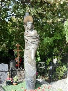 Надгробный памятник со скульптурой человека